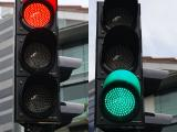 Red_and_green_traffic_signals,_Stamford_Road,_Singapore_-_20111210.jpg